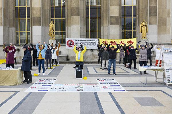 2019年2月3日,法國法輪功學員在人權廣場上通過集體煉功、真相展板和徵簽等方式,向過往民眾講述法輪功遭中共迫害的真相。(關宇寧/大紀元)