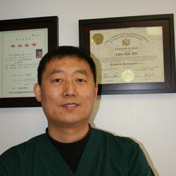于存海博士是加拿大卑詩省註冊中醫師,生髮寶創始人。生髮寶對於脫髮症狀,有獨特的療效。(于博士提供)