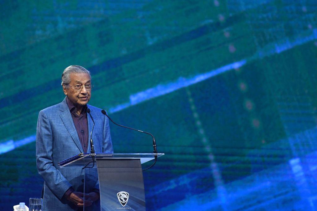 在馬來西亞宣佈取消造價200億美元的東鐵項目後,傳中共願意將成本削減近半,但結局仍不明朗。圖為大馬總理馬哈蒂爾。(MOHD RASFAN/AFP/Getty Images)