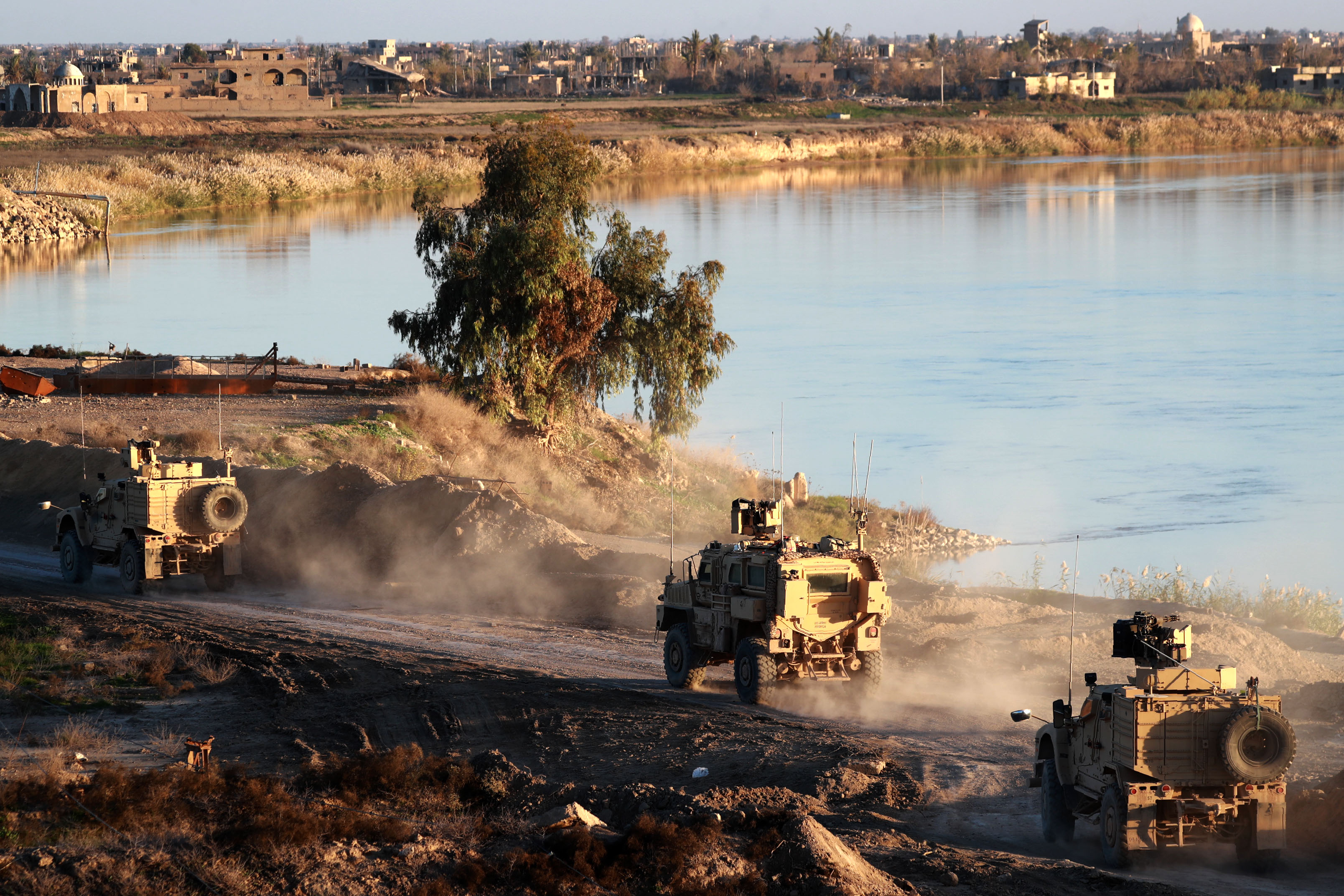 2018年12月15日正在Deir ez-Zor為SDF提供支持的美國部隊。 (DELIL SOULEIMAN/AFP/Getty Images)