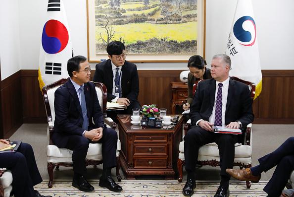 圖為美國對朝政策特別代表比根(Stephen Biegun)(右)於2018年12月21日到訪南韓首爾統一部時與南韓統一部長趙明均(Cho Myoung-gyon) 會談。(KIM HONG-JI/AFP/Getty Images)