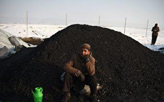 俄罗斯降下黑雪如煤炭 民众担忧