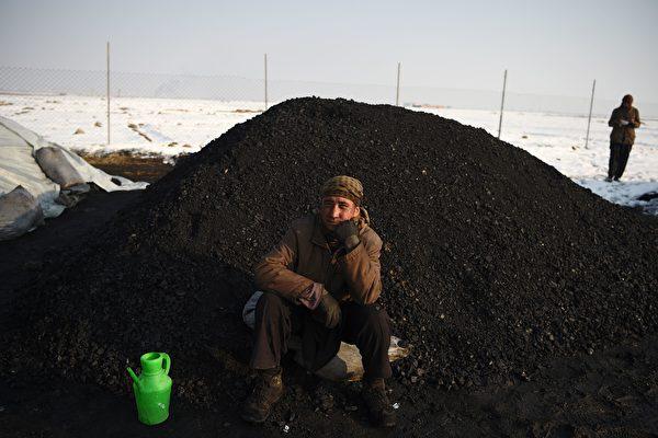 俄羅斯降下黑雪如煤炭 民眾擔憂