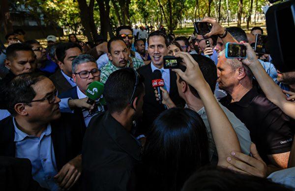 臨時總統瓜伊多受到民眾的普遍認可,圖中是1月30日他在委內瑞拉中央大學(UCV)回答記者提問。(JUAN BARRETO/AFP/Getty Images)