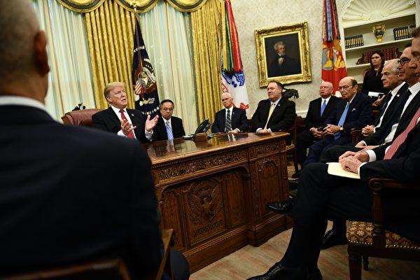 1月31日,特朗普在白宮橢圓形辦公室接見了劉鶴一行。(BRENDAN SMIALOWSKI/AFP/Getty Images)