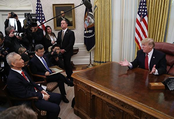 1月31日,特朗普在白宮橢圓形辦公室接見了劉鶴一行。(Mark Wilson/Getty Images)