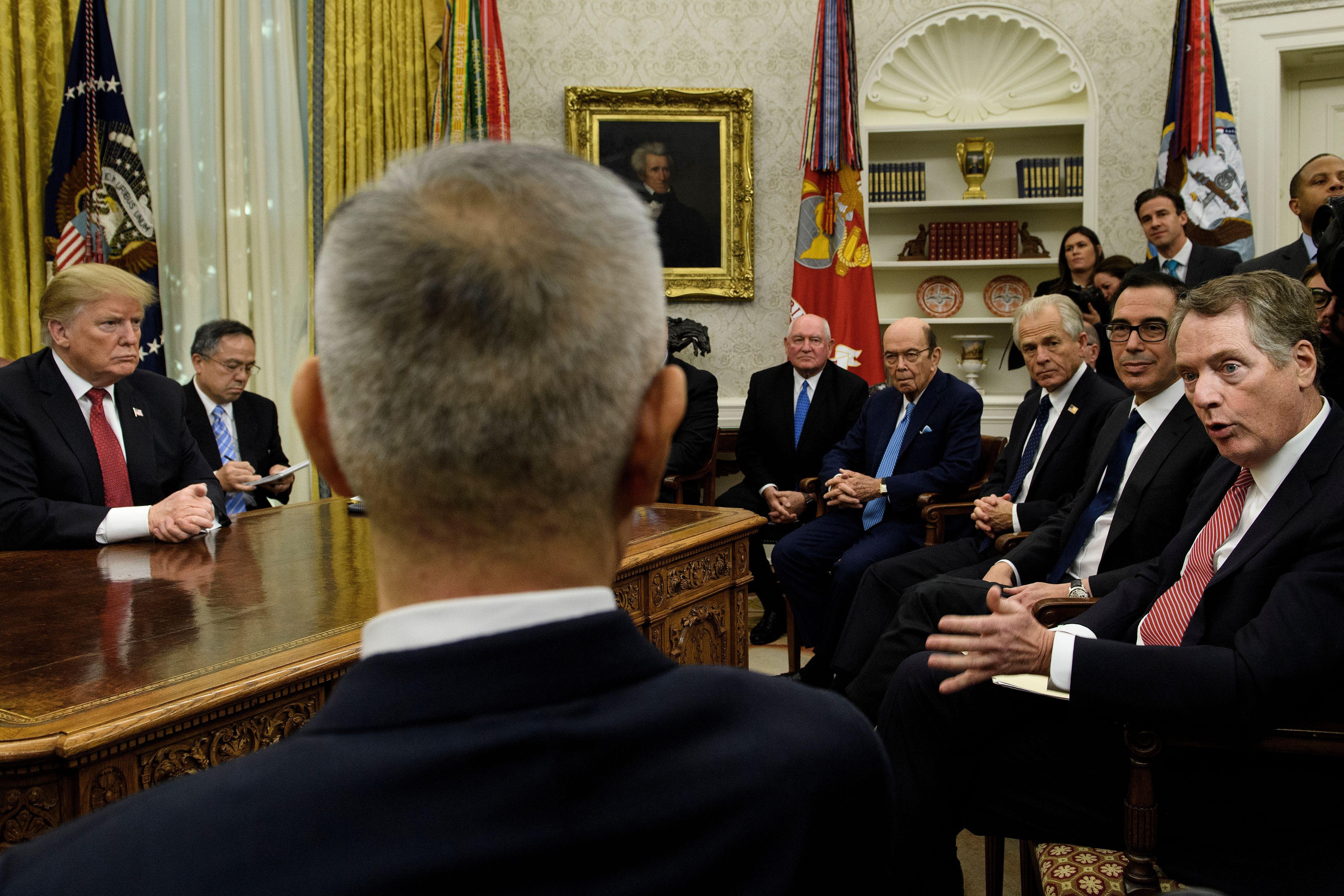 周四下午,特朗普總統在白宮接見劉鶴,依媒體公佈的照片,特朗普辦公桌對面坐著美中官員,包括本次雙方主談人萊特希澤及劉鶴,橢圓形辦公室內擠滿了大批媒體記者。(BRENDAN SMIALOWSKI/AFP/Getty Images)
