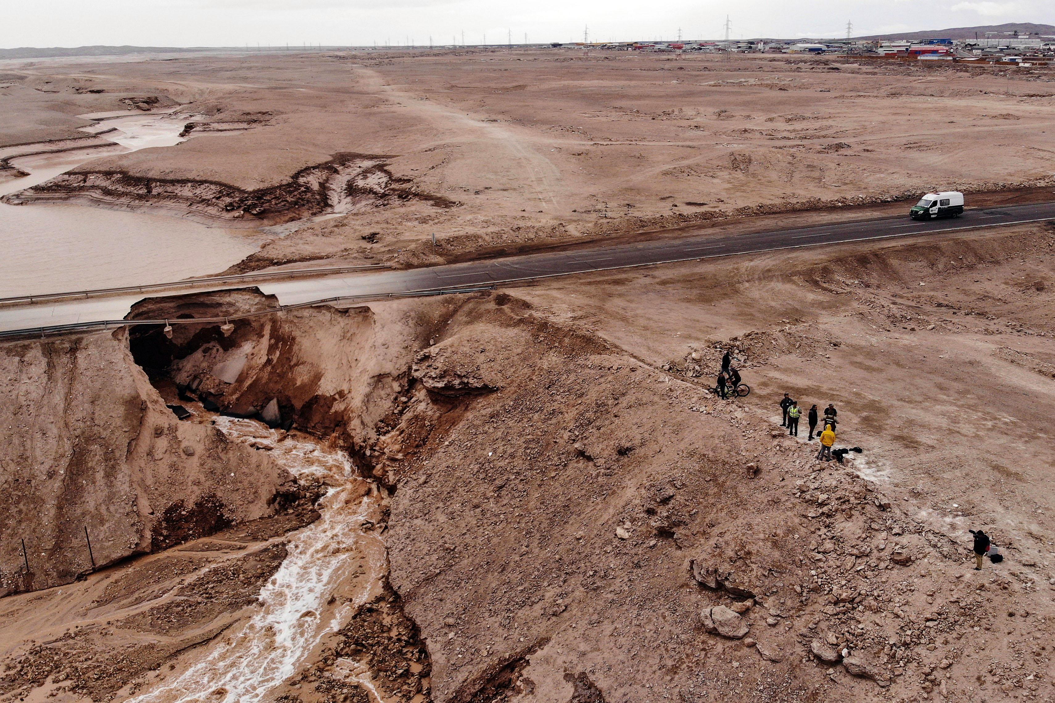 氣候異常 世界最乾燥沙漠出現水災致6人死