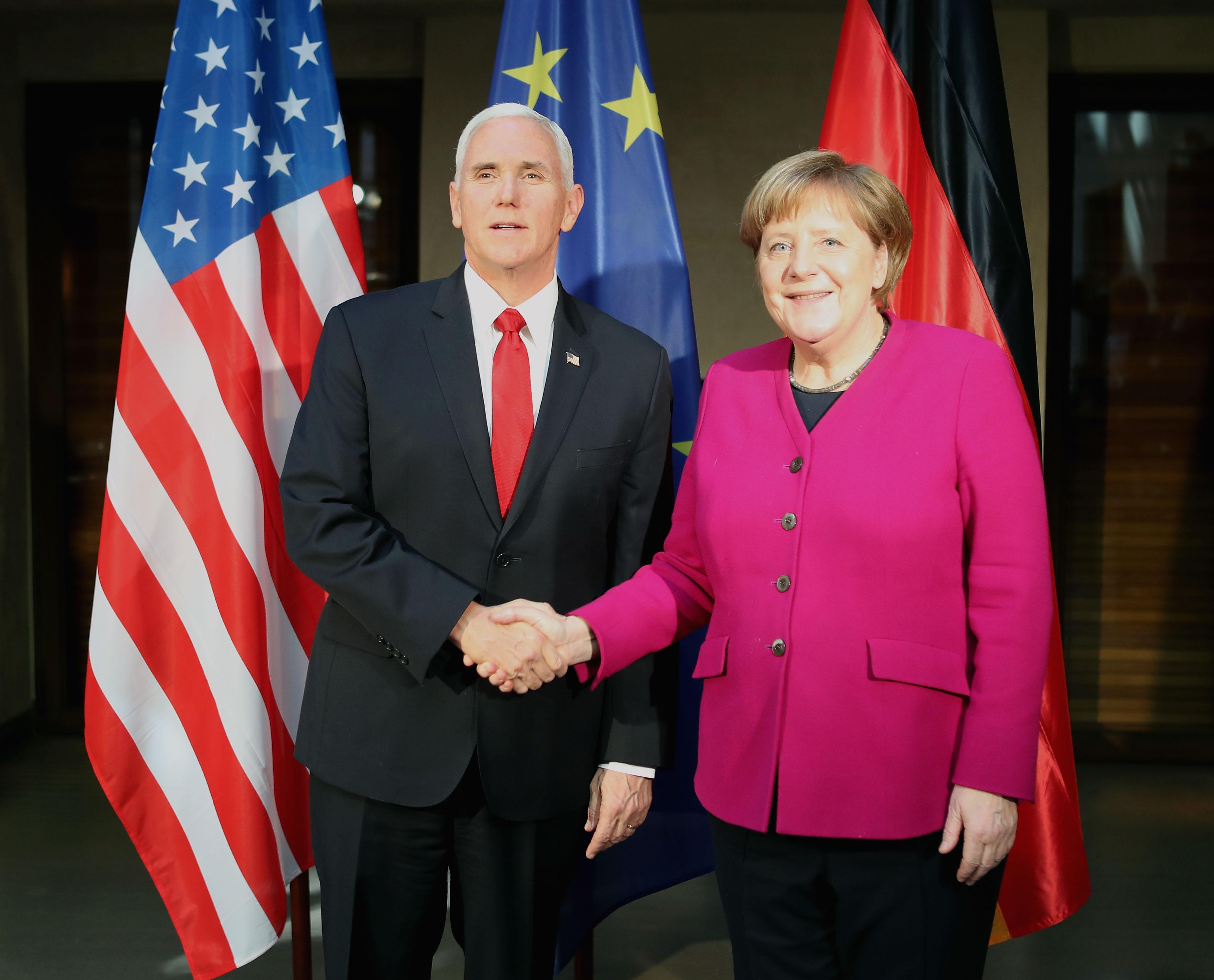 圖為慕尼黑安全會議上美國副總統彭斯和德國總理默克爾。(Alexandra Beier/Getty Images)