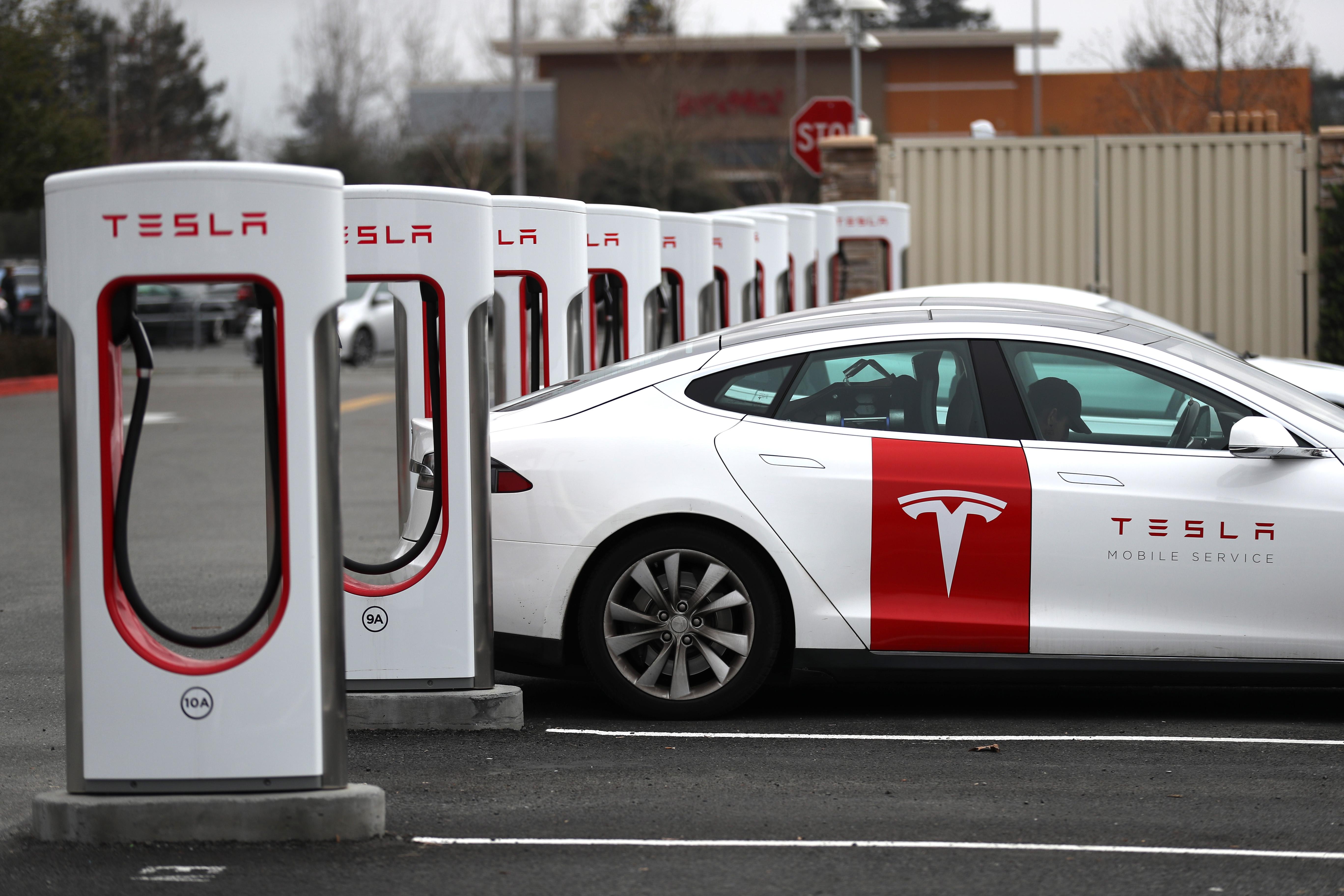 「特斯拉」一批電動車被扣在中國海關。圖為一輛特斯拉電車正在加州一充電站充電。 (Justin Sullivan/Getty Images)