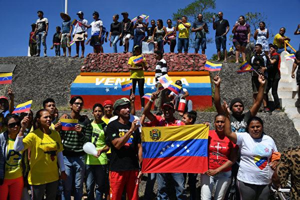 周六,兩輛由委內瑞拉人駕駛並由巴西警察護送的大型卡車,離開巴西的巴奧維斯塔前往委內瑞拉邊境。(NELSON ALMEIDA/AFP/Getty Images)
