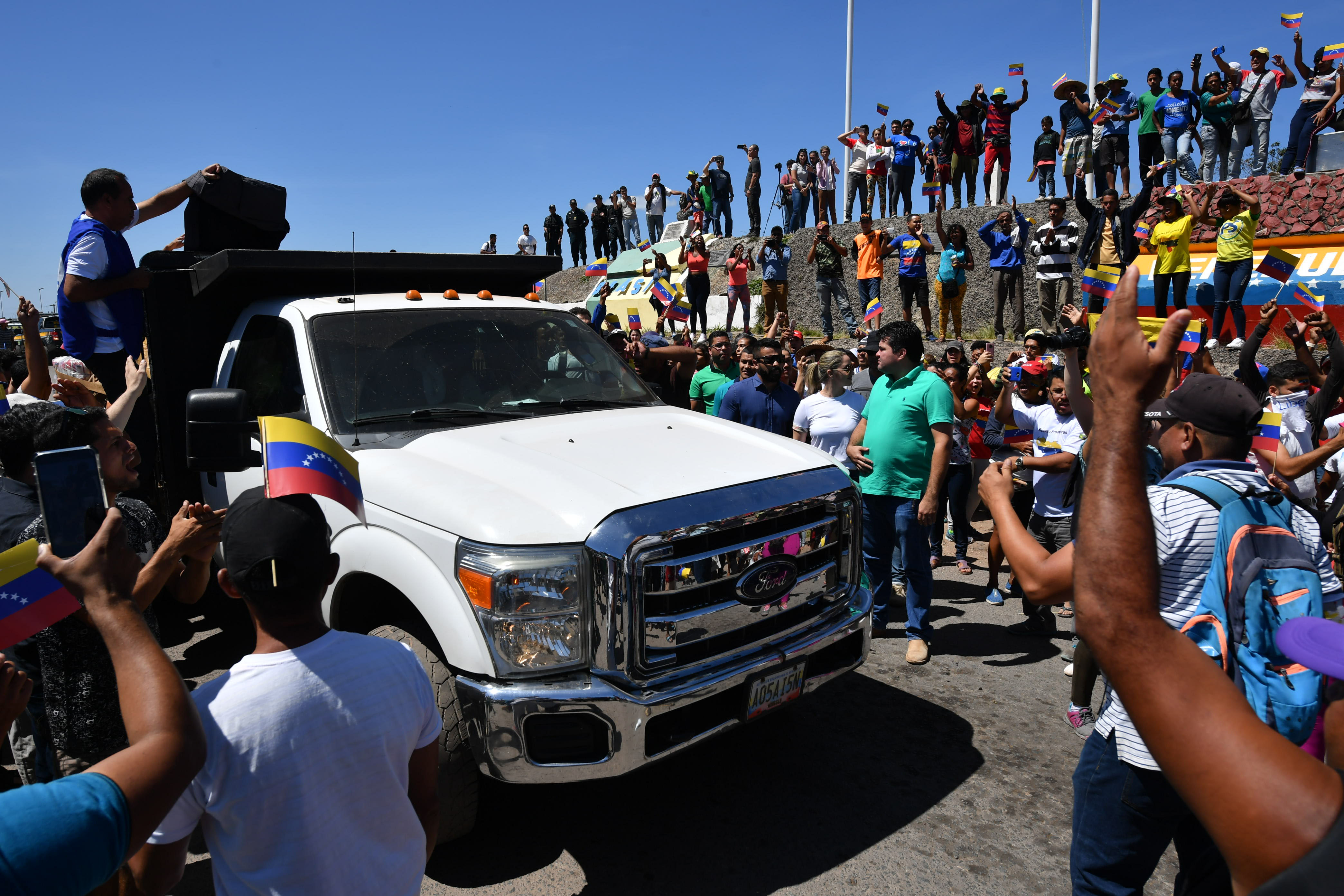 人們在歡呼,首批救援物資進入委內瑞拉。(NELSON ALMEIDA/AFP/Getty Images)