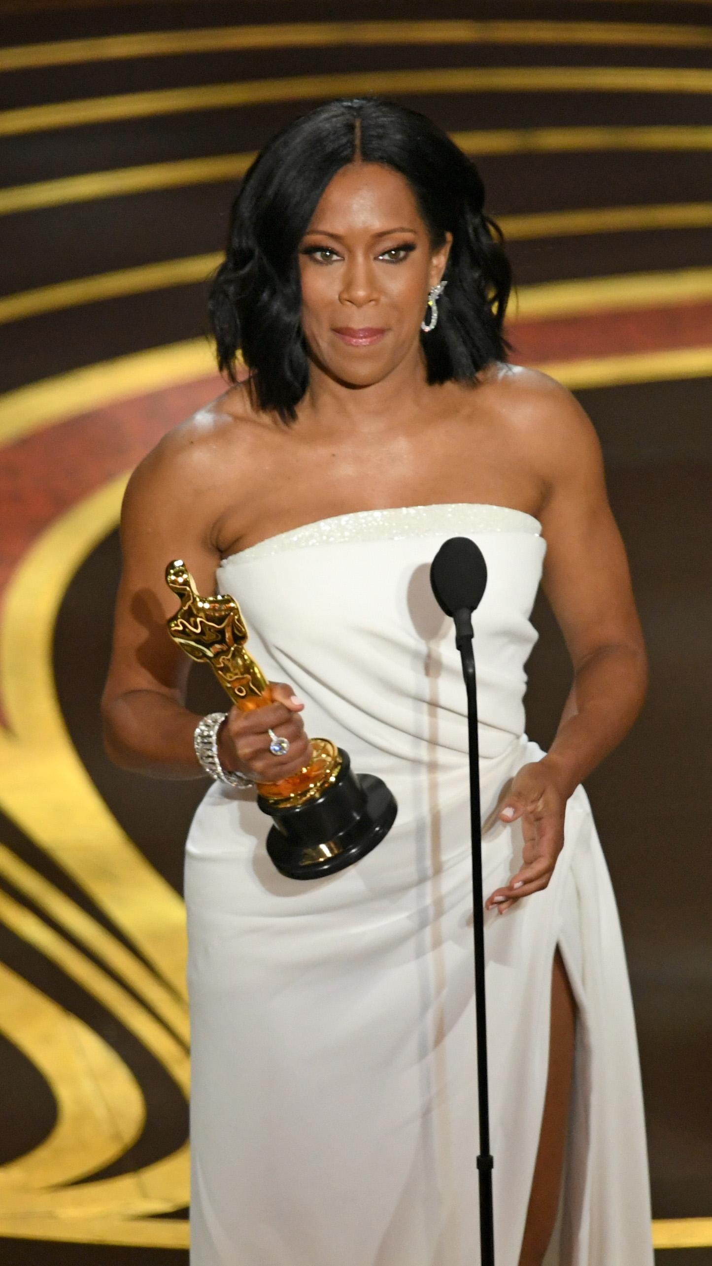維珍娜京上台時激動地留下熱淚,她感謝著名黑人作家、電影小說原作James Baldwin,感謝坐在台下的媽媽,以及和她一起提名的女演員們。 (Kevin Winter/Getty Images)