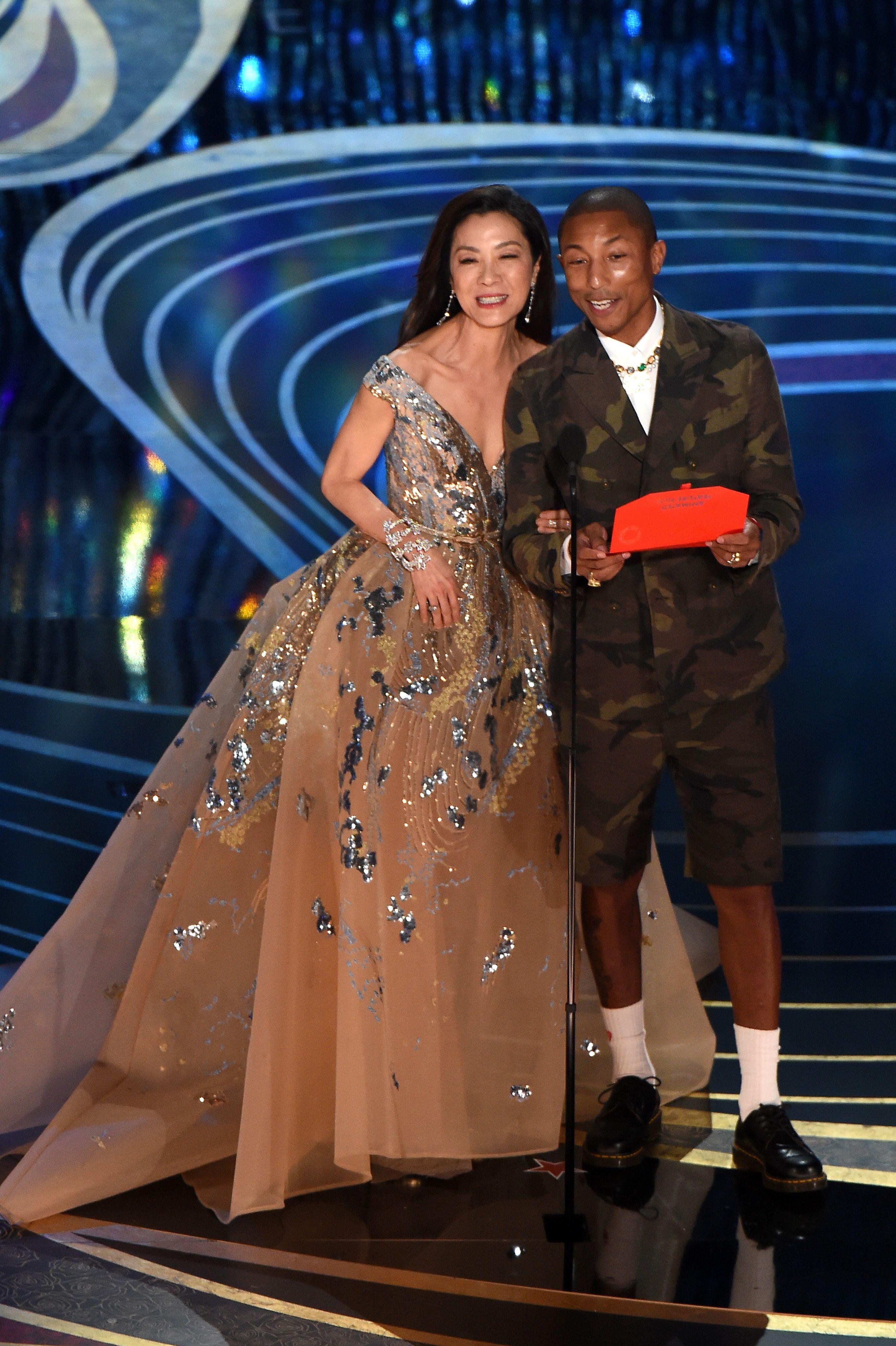 楊紫瓊與歌手Pharrell Williams上台,將最佳動畫長片獎頒發給《蜘蛛俠:跳入蜘蛛宇宙》。(VALERIE MACON/AFP/Getty Images)