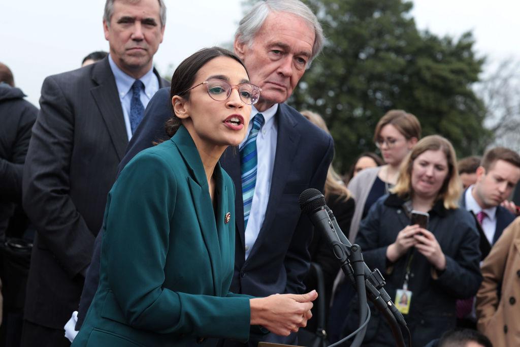 美國會議員奧卡西奧-科爾特斯(中)2月7日在國會山前,舉行記者會,公佈綠色(能源)新計劃。(Alex Wong/Getty Images)