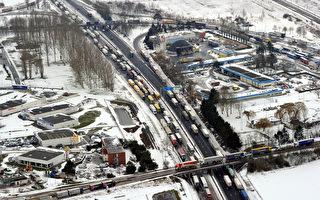 意大利高速路数千辆车被雪困 200人获援助
