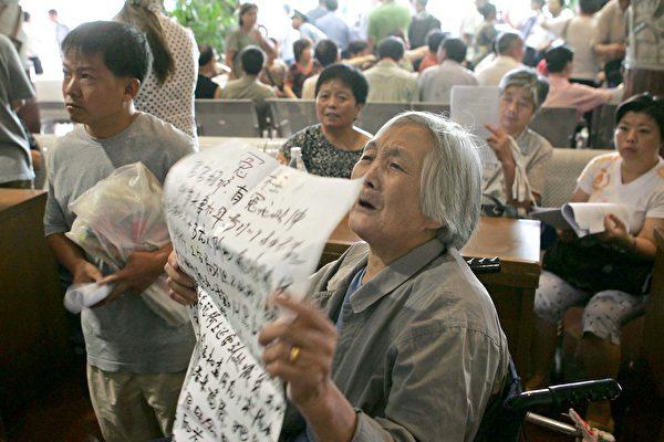 2018年,上海靜安區安遠路33號居民樓曾發生暴力強拆事件,造成住戶韓曉峰一家1死2傷。圖為上海一名老年婦女訴說自己上訪冤情。(Getty Images)