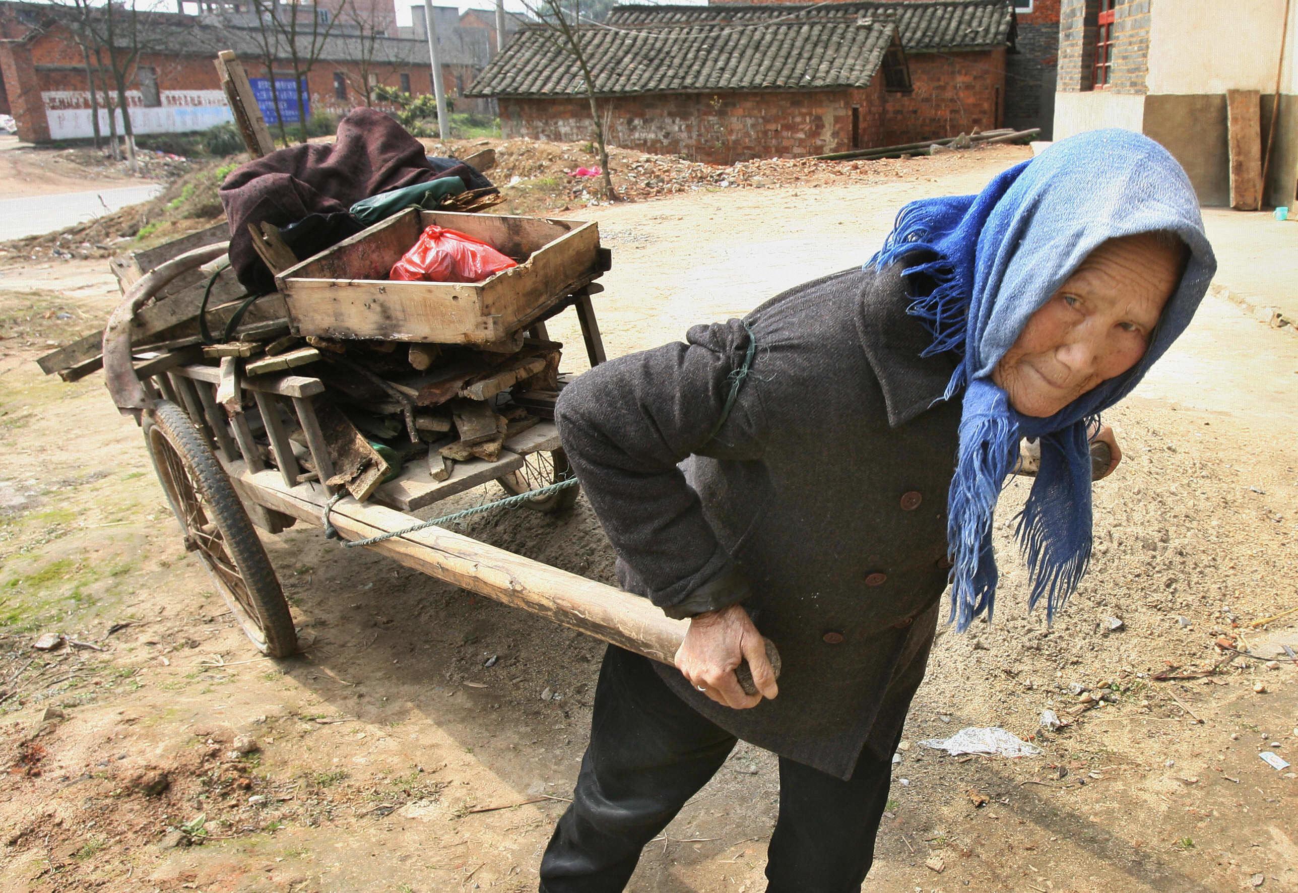 孤獨和遭遺棄:中國農村老人境況令人心碎