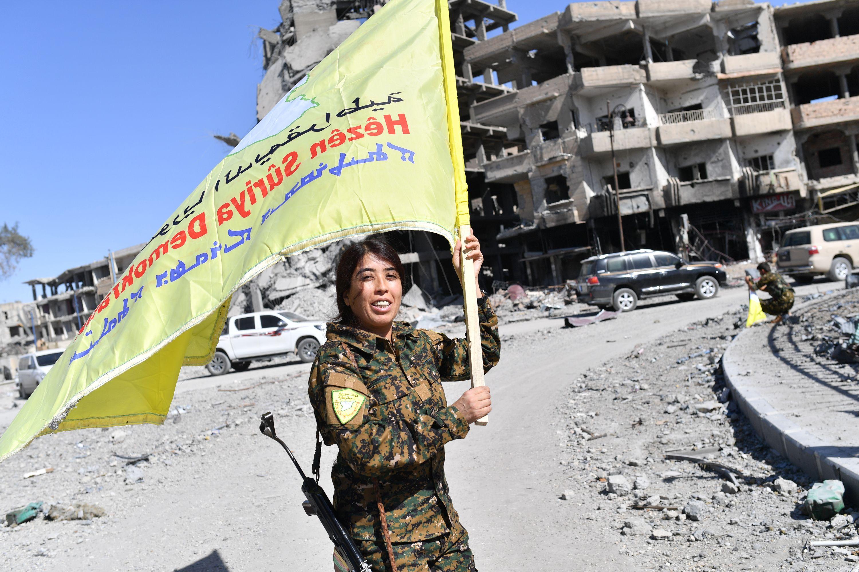 2017年10月17日,一位敘利亞民主力量的軍官在街頭慶祝勝利。(Bulent Kilic/AFP/Getty Images)
