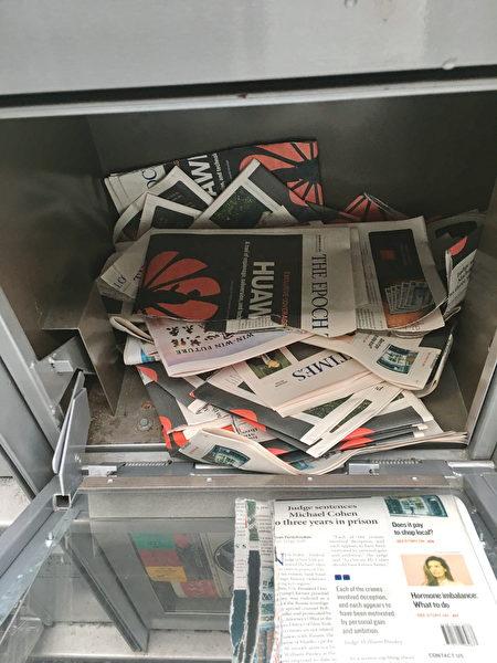 列治文的Lansdowne和Aberdeen天车站,英文大纪元报纸多次被撕毁,并丢弃在报箱中。
