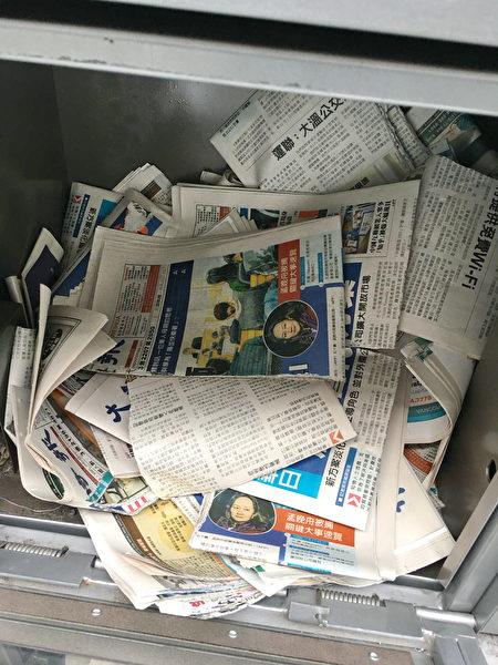 列治文的Lansdowne和Aberdeen天车站,中文大纪元报纸多次被撕毁,并丢弃在报箱中。