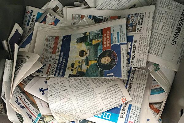报导孟晚舟真相,触及中共痛处。大温哥华地区列治文市的Lansdowne和Aberdeen天车站,中文大纪元报纸多次被撕毁,并丢弃在报箱中。图为2018年12月17日,中文大纪元报纸被撕毁并丢弃在报箱中。(大纪元资料图片)