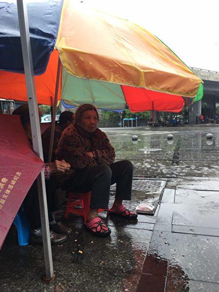 2月16日、17日,廣東佛山市順德區北滘鎮三洪奇村近千名村民靜坐示威,抗議土地流失。(受訪者提供)