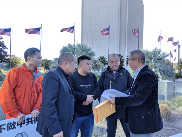 袁建斌(右一)與友人討論中共海外滲透活動內容。(徐繡惠/大紀元)