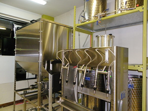 Oila Canada採用傳統的低溫壓榨法,從食物中提出特級初榨食用油。圖為該公司生產食用油的設備。(易文/大紀元)