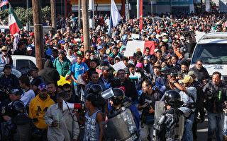 拜登政府將允許數萬庇護申請者入境美國