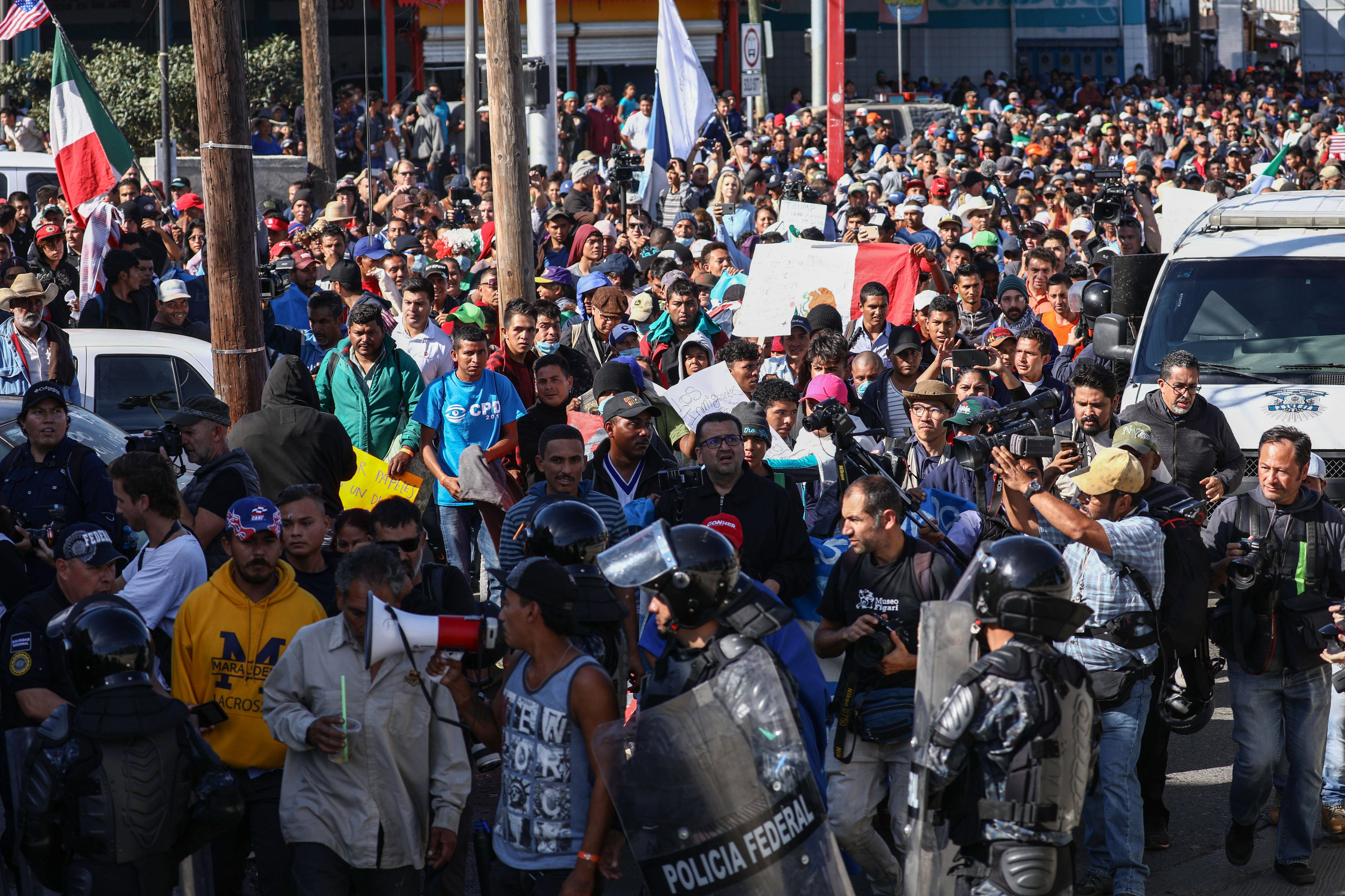 墨西哥邊境的中美洲難民湧向美國國界。圖片拍攝於2018年11月25日。(Charlotte Cuthbertson/大紀元)