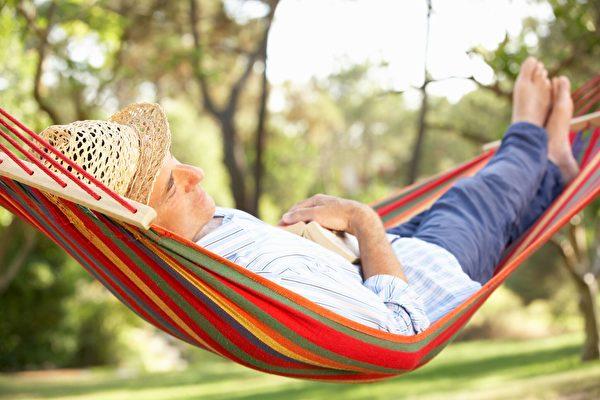 小时候睡过吊床吗?研究发现,微微摇动的床让人睡得更好。