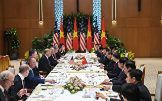 第二次美朝峰会于2月27日在河内登场,图为川普27日与越南官员展开会谈。(Saul LOEB / AFP)