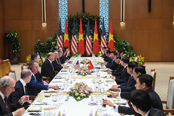 第二次美朝峰會,圖為特朗普27日與越南官員展開會談。(Saul LOEB/AFP)