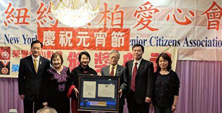 徐儷文(左三)頒發義工服務獎給陳鐵輝(右三)。