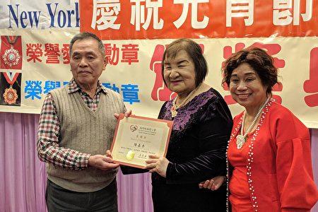 會長王玉英頒發感謝狀給陳嘉秀。