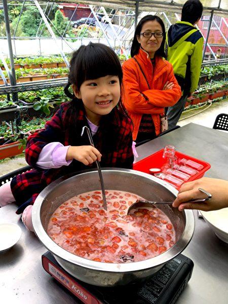 小朋友體驗手工草莓果醬熬煮過程。