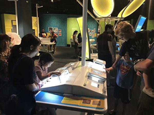 图:温哥华科学馆举办《镜子迷宫》展览,体验迷宫的奇妙。
