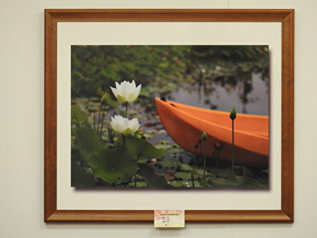 花語寄情攝影聯展」於名都觀光渡假大飯店「名都江南中西式餐廳」包廂內展出,圖為林怡岑的作品《河畔》。