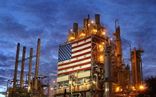 上周,美国原油库存意外减少860万桶。图为位于加州洛杉矶市的Wilmington ARCO炼油厂。(David McNew/Getty Images)