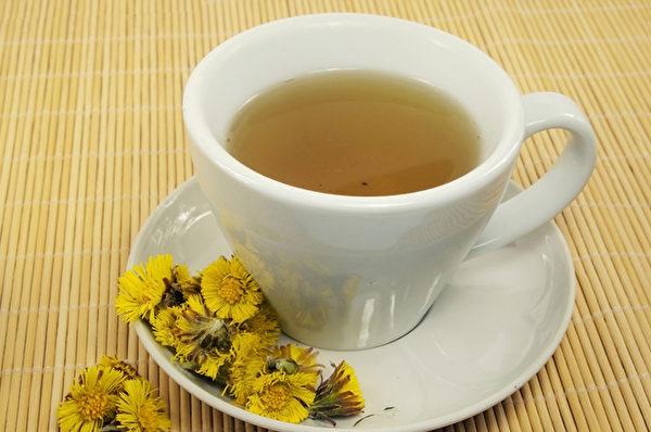 菊花茶有清热去火的作用,可以改善上火引起的痘痘和口疮。
