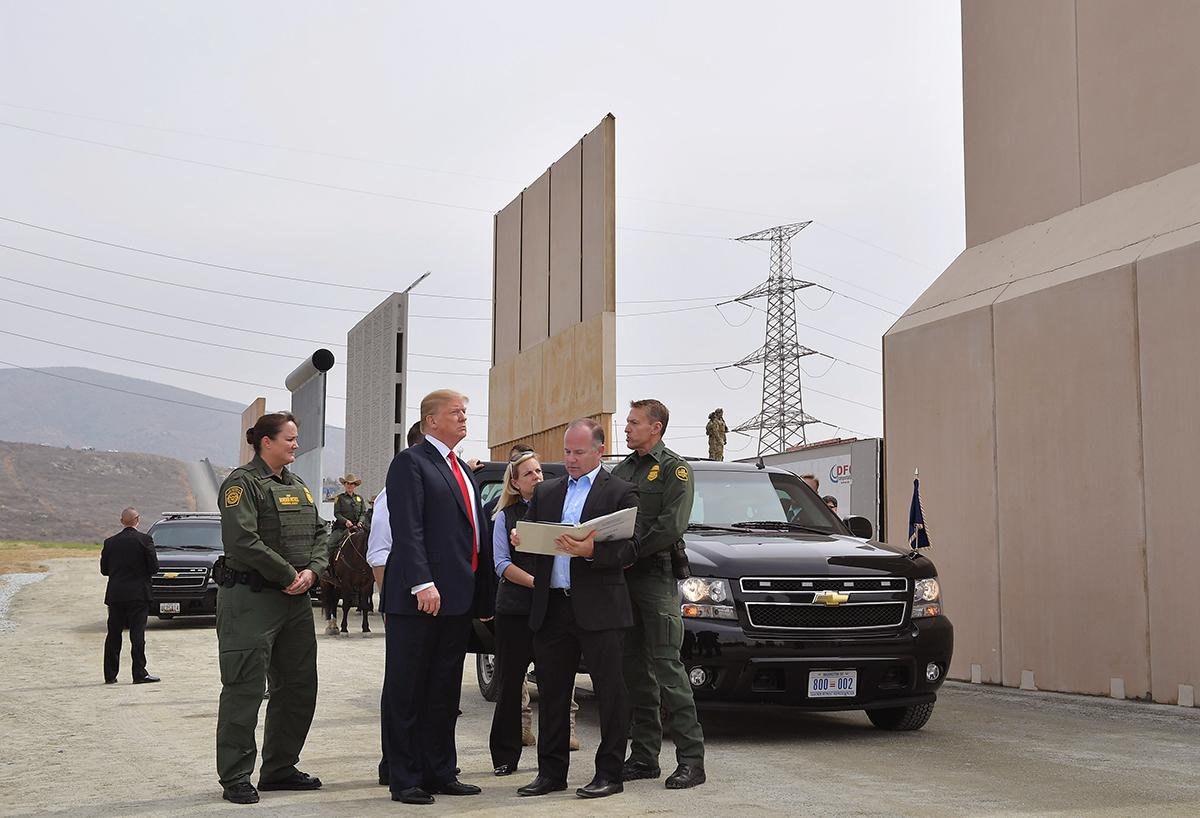 新墨西哥的奧特羅縣(Otero County)周三(4月18日)表示,因近幾個月來大量非法移民越境,促使該州宣佈進入緊急狀態,並要求州長派遣國民警衛隊保護邊境,否則該縣將採取法律行動。圖為美國總統2017年3月在聖地牙哥視察八面邊境牆模型牆。 (MANDEL NGAN/AFP/Getty Images)