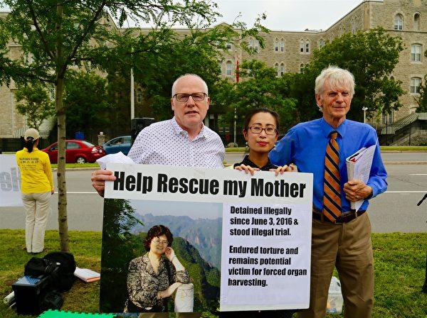 2017年渥太華舉行7.20紀念活動,國際特赦加拿大主席Alex Neve和喬高前來支持。(本人提供)