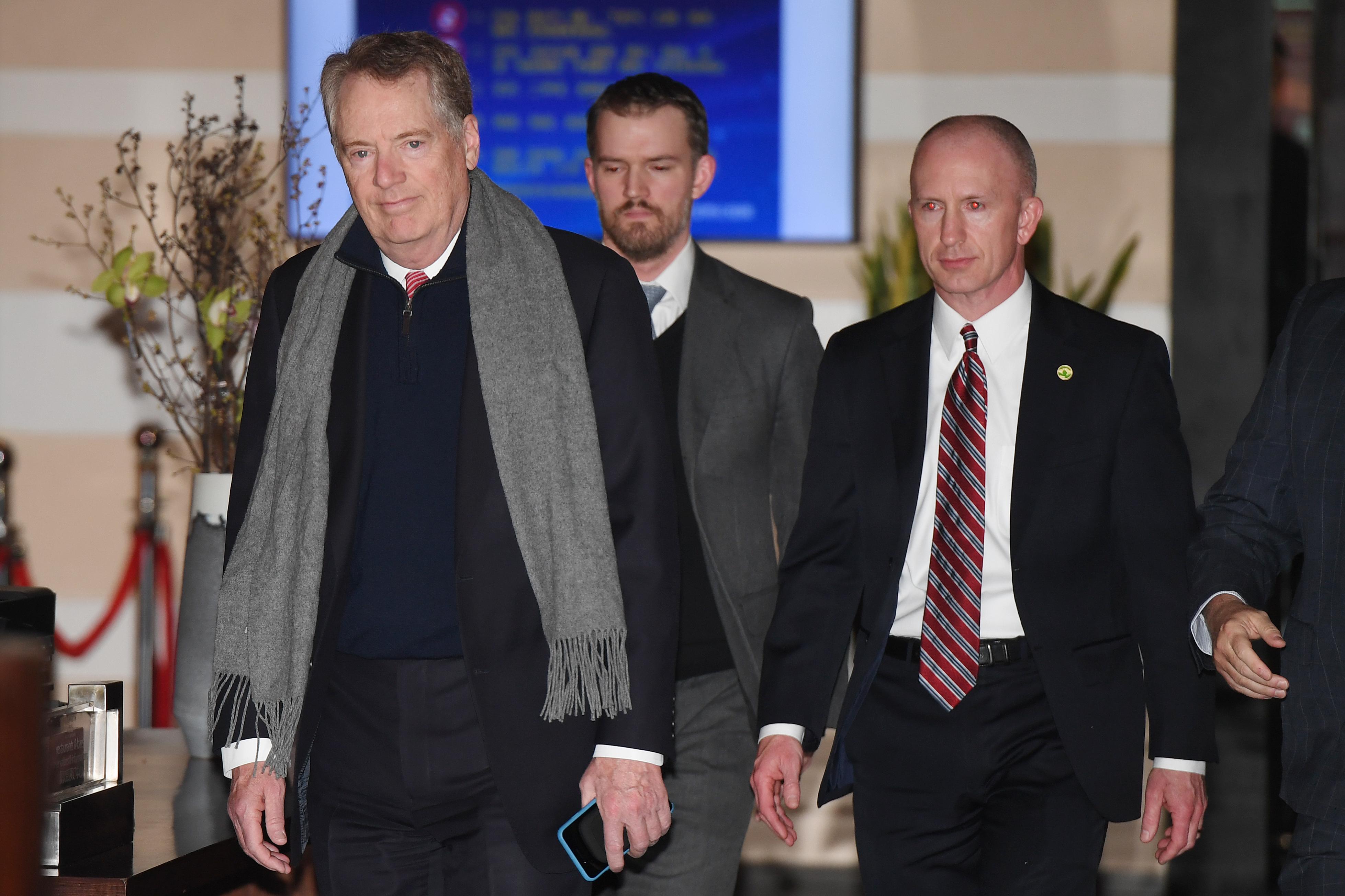 周四,美國貿易代表羅伯特‧萊特希澤(Robert Lighthizer,左一)和美國財政部長史蒂文‧梅努欽(Steven Mnuchin)率領美國談判代表,在北京與中共副總理劉鶴展開新一輪會談。(GREG BAKER/AFP)