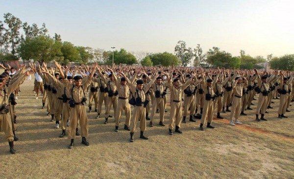 新德里警察訓練大學的學生們學煉法輪功。(明慧網)