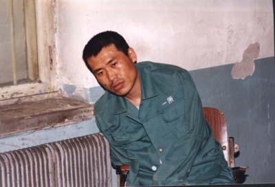 2002年4月1日的圖片顯示: 關押劉成軍的房間內血跡斑斑,劉成軍已無力保持自然坐姿。(明慧網)