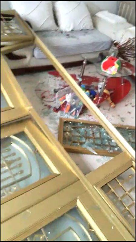 被炸飛的居民家裏的玻璃門窗。(受訪者提供)
