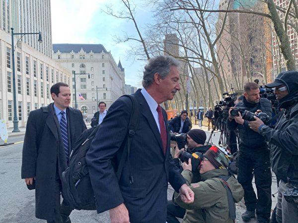因被控13項罪名,3月14日,分別代表華為技術有限公司及其兩家附屬公司的3名律師在布魯克林的紐約東區聯邦法院出庭聆訊。華為表示不認罪。(蔡溶/大紀元)