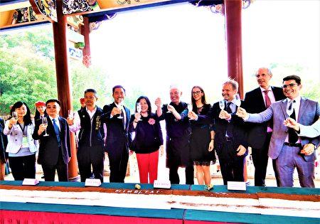明台高中14日上午邀義大利大師級主廚費拉里尼,率領40位餐飲科學生一起創紀錄,製作長8.88公尺的義式經典提拉米蘇,迎接70周年校慶。