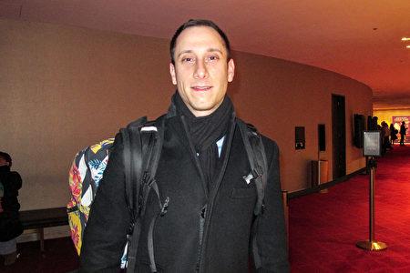 1月11日晚,美國阿瑞斯資本(Ares Management)副總裁Scott Kraus 在紐約林肯中心觀賞美國神韻紐約藝術團第二場演出。(麥蕾/大紀元)